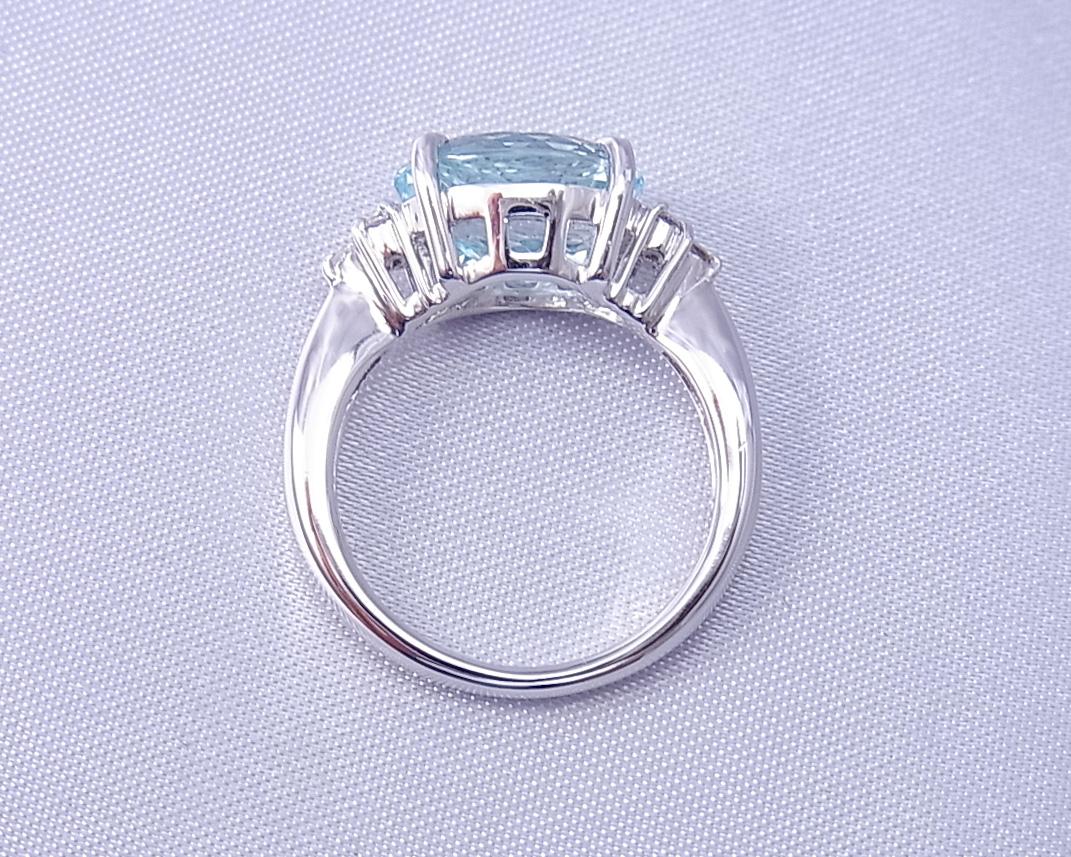内側から輝くアクアマリンの指輪