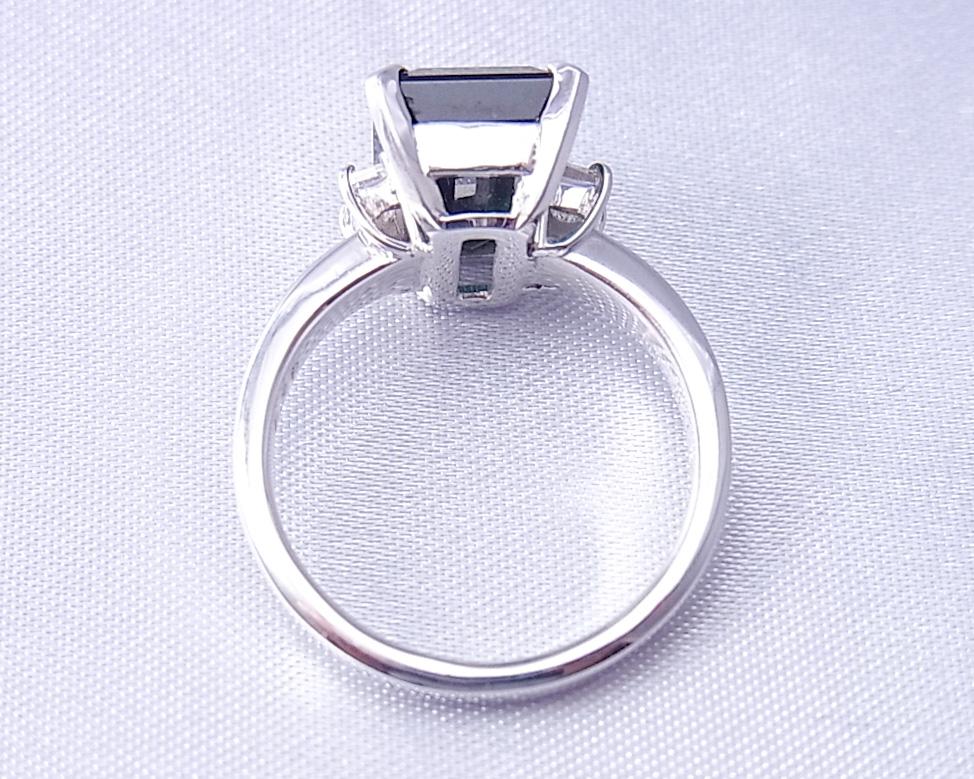 シックな佇まい グリーントルマリンの指輪