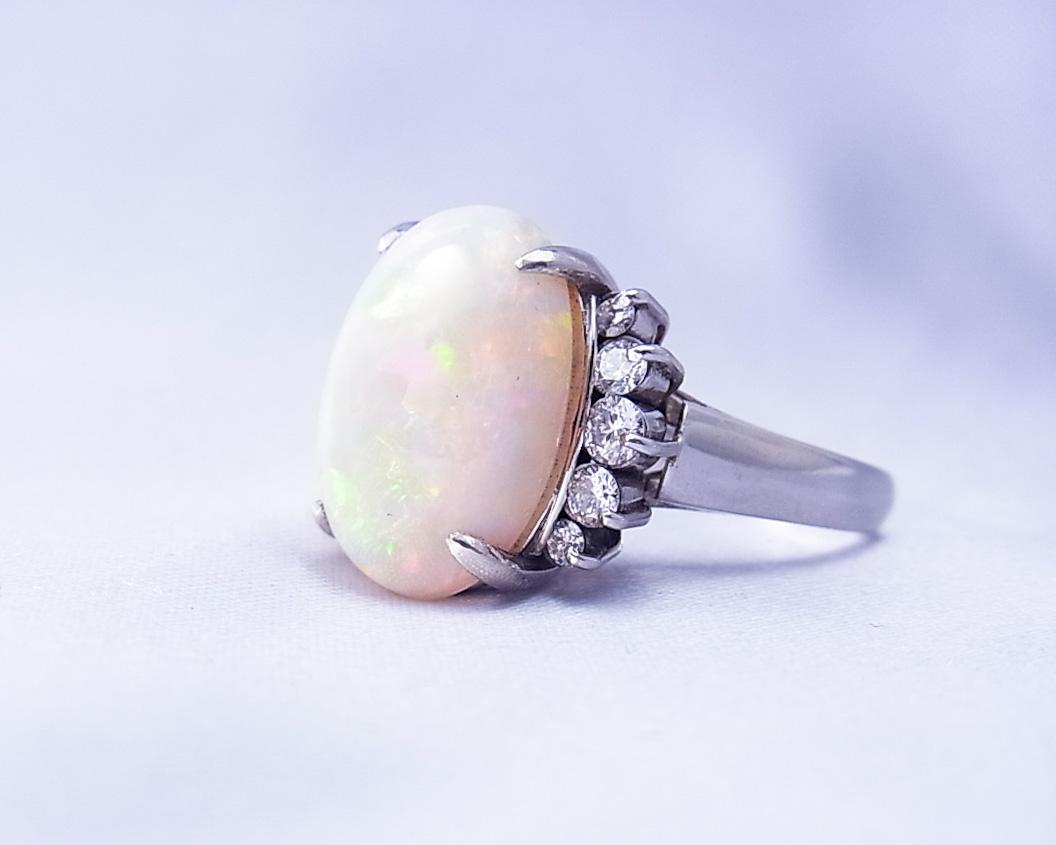 ホワイトオパールとダイヤモンドの指輪