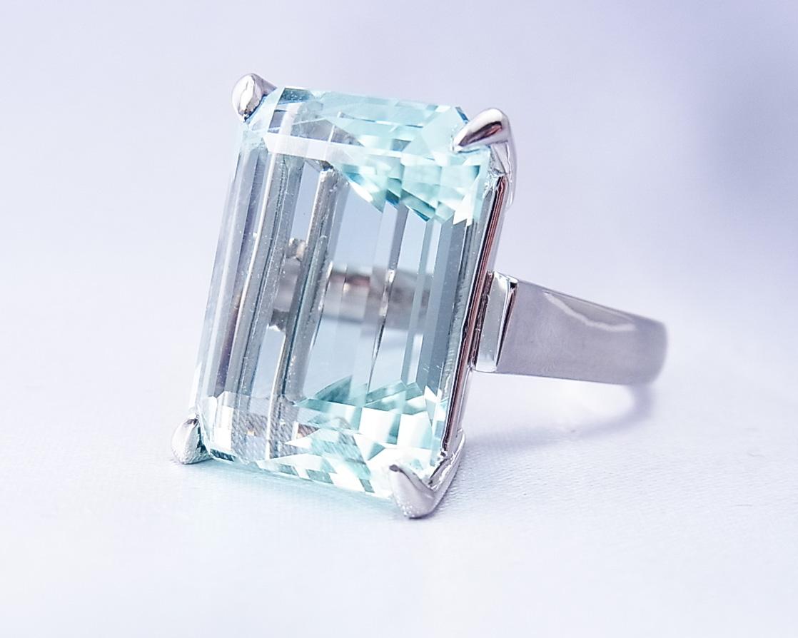 大きなアクアマリンの指輪