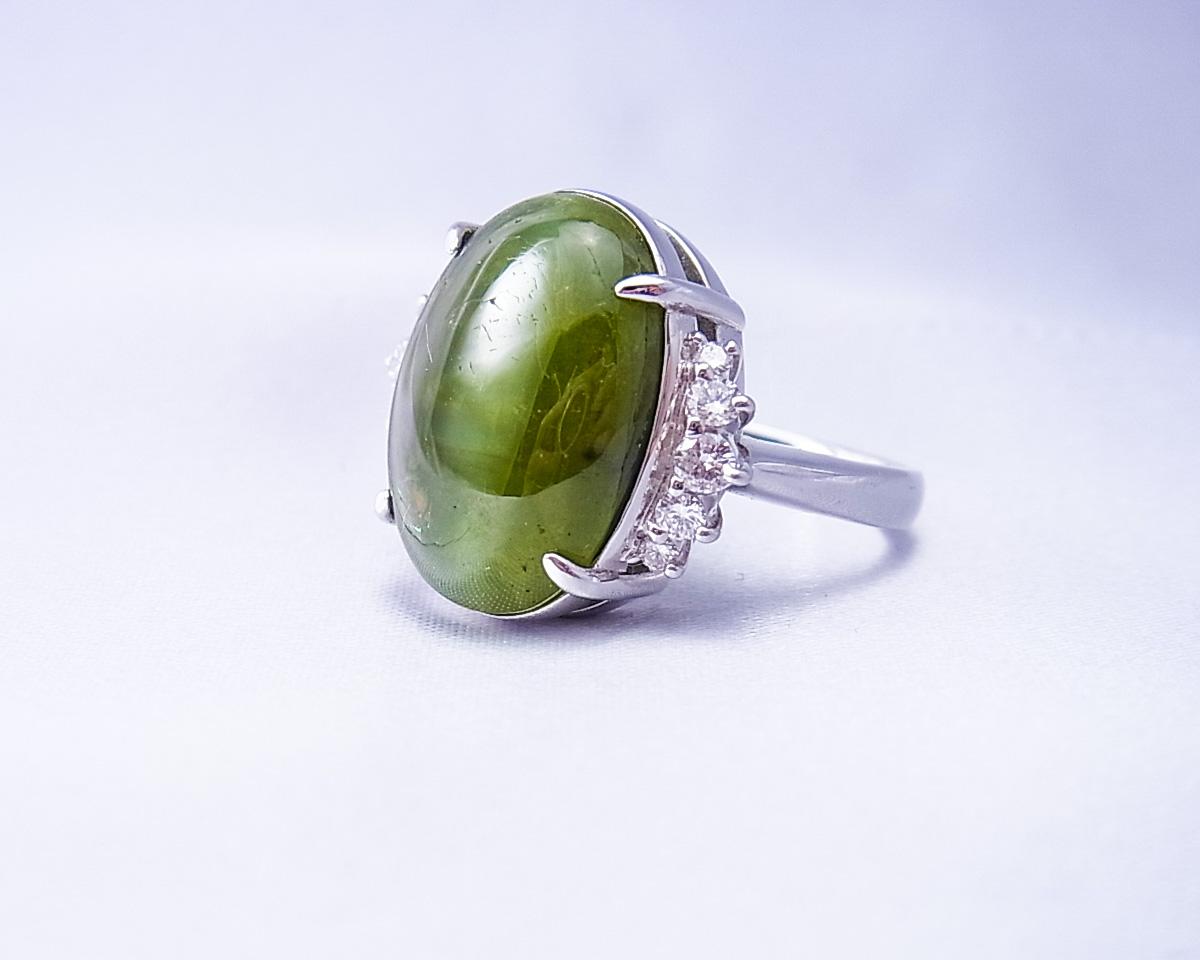 大きな緑色のキャッツアイの指輪