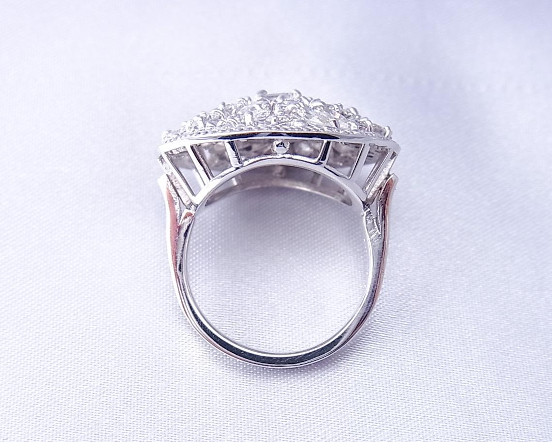 45粒の様々な形のダイヤモンドを散りばめた指輪