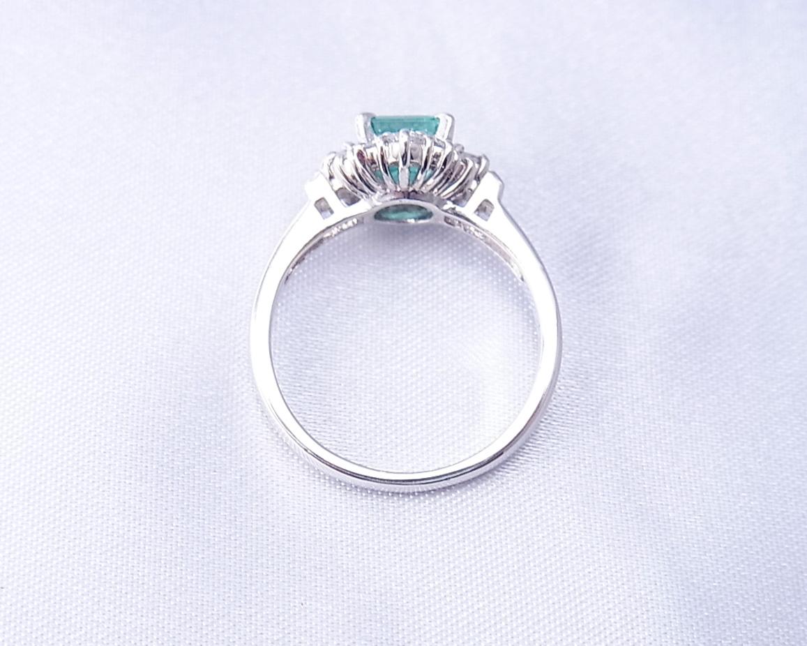 小ぶりで雰囲気のあるエメラルドの指輪