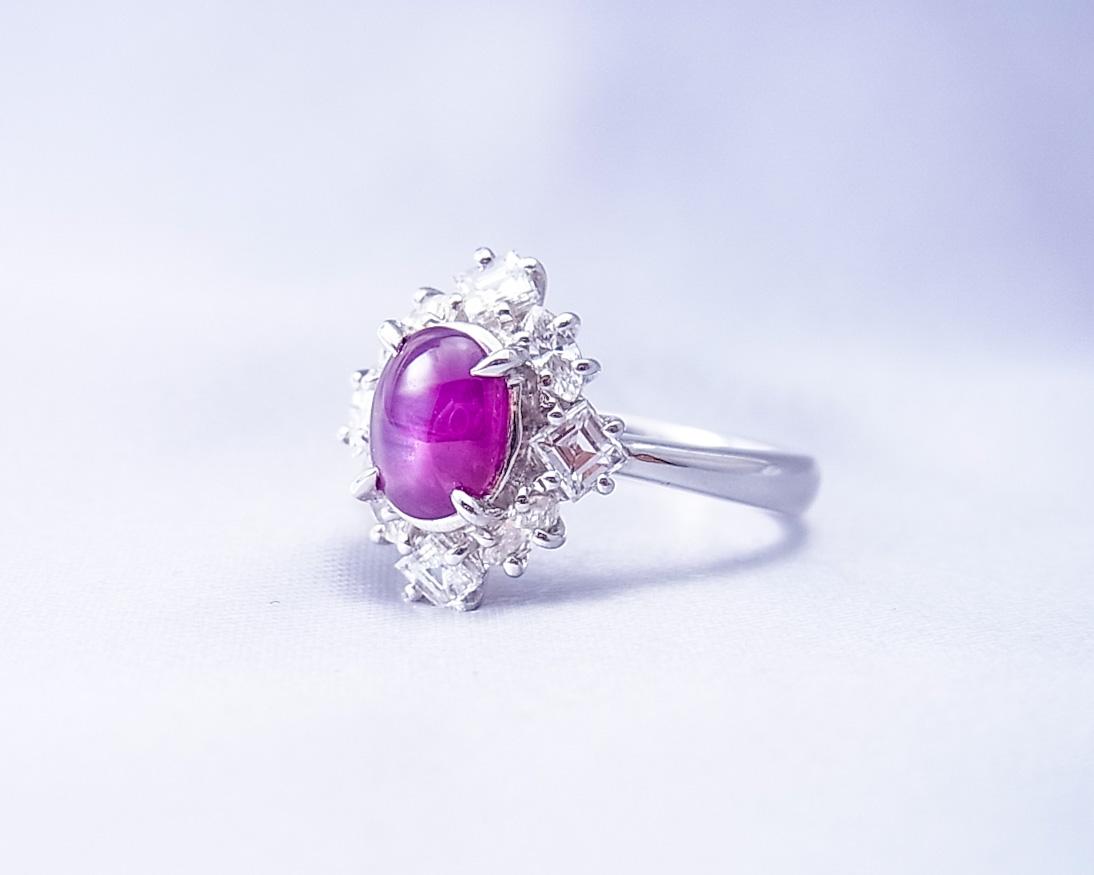 四角いダイヤが印象的な小豆色のサファイヤの指輪