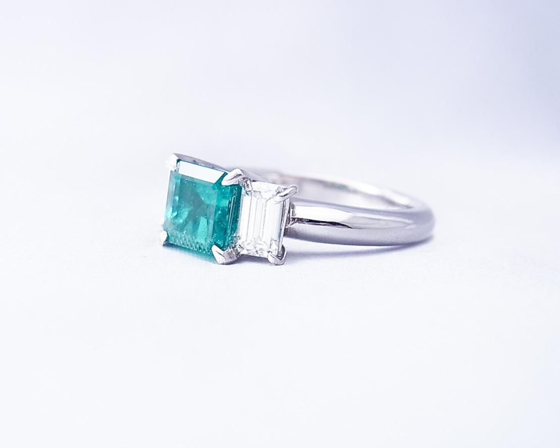 四角いエメラルドとダイヤモンドの並んだ指輪