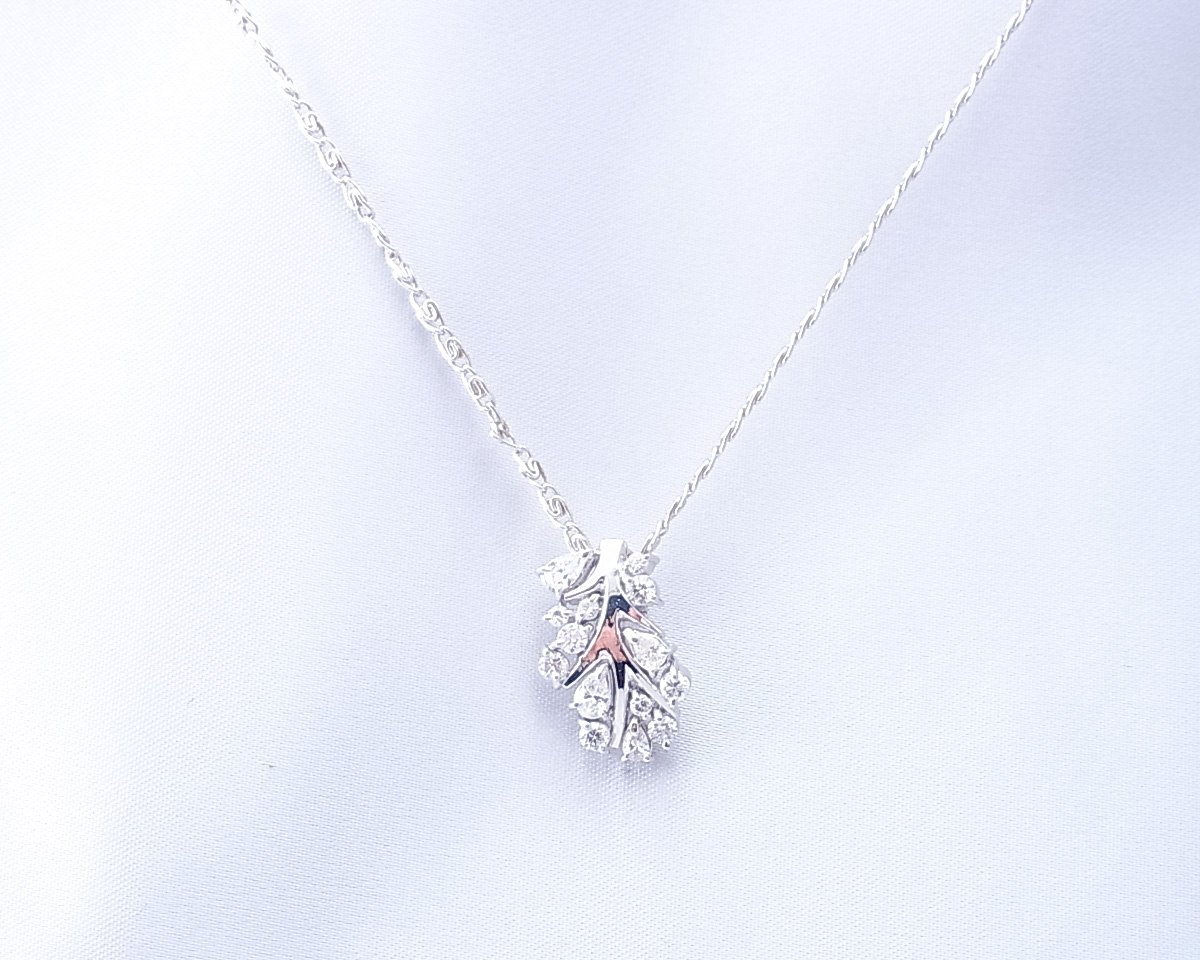 枝と葉っぱモチーフのダイヤモンドペンダント