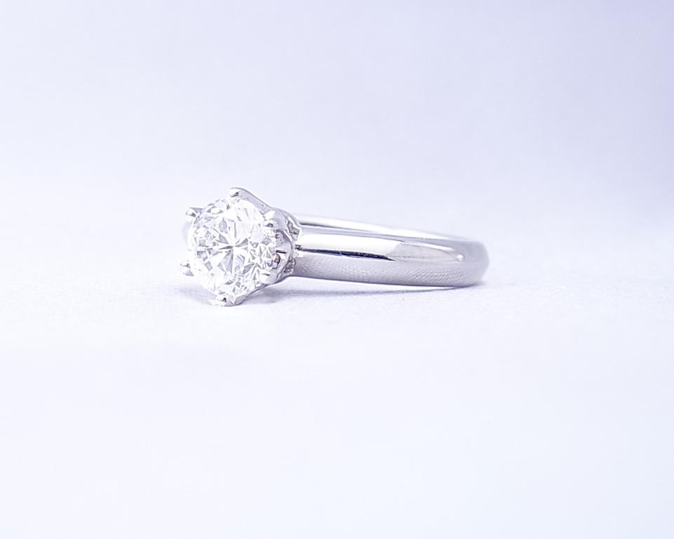 輝りのあるダイヤモンドの指輪