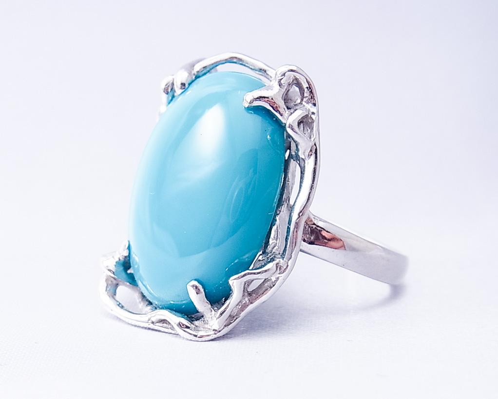 特徴的なデザインのトルコ石の指輪