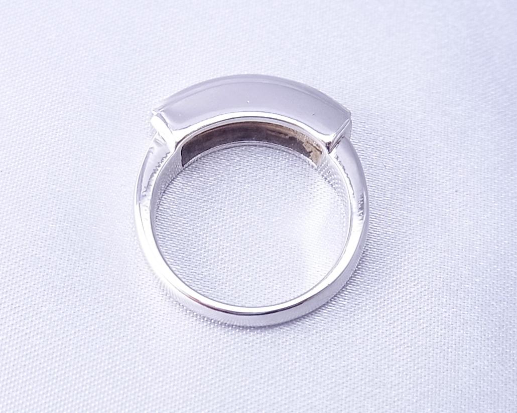 四角いダイヤを横一列に並べた指輪