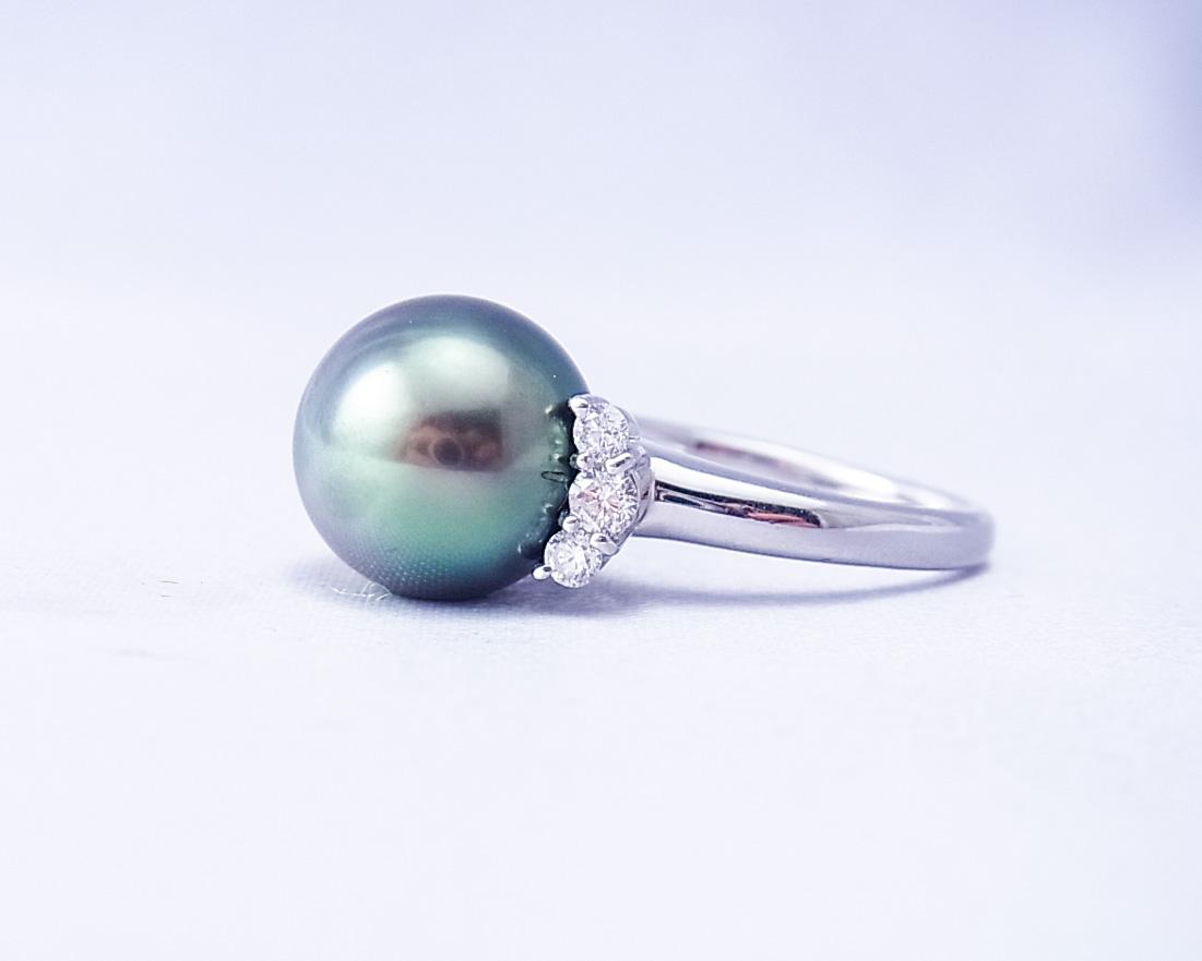 黒蝶真珠の横にダイヤモンドが3つずつついた指輪