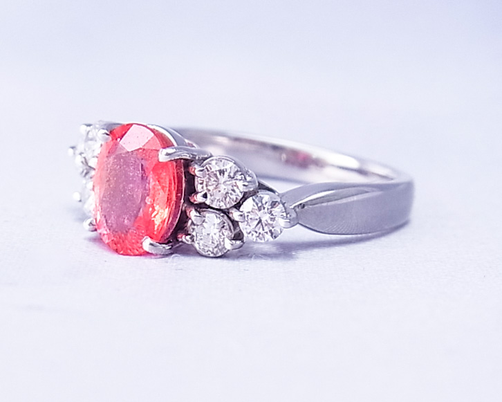 コーラルピンクのサファイアの指輪
