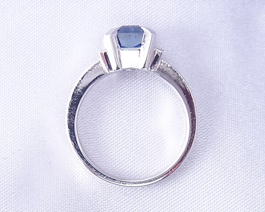 四角いブルーサファイアのクラシックな指輪