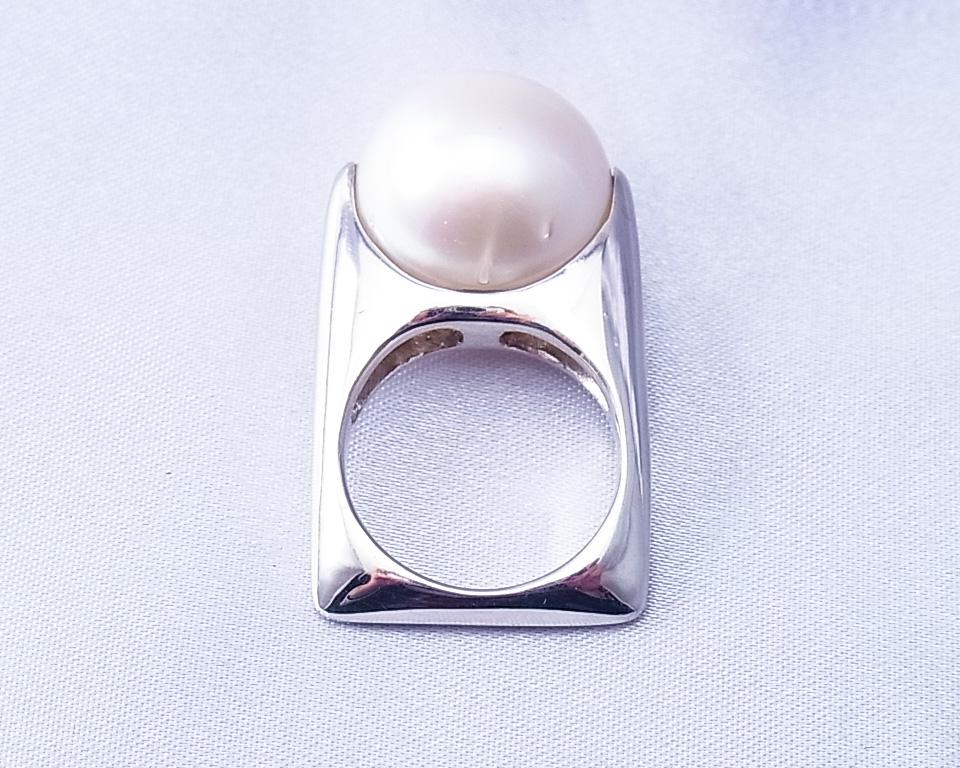 バンドの四角い白蝶真珠の指輪