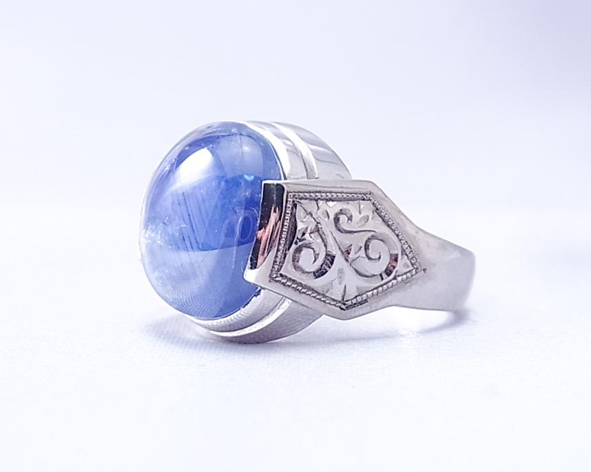 サイドの手彫りが特徴的なスターサファイアの指輪