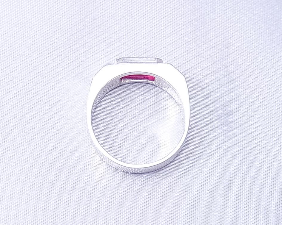 四角いフォルムのルビーとダイヤモンドの指輪