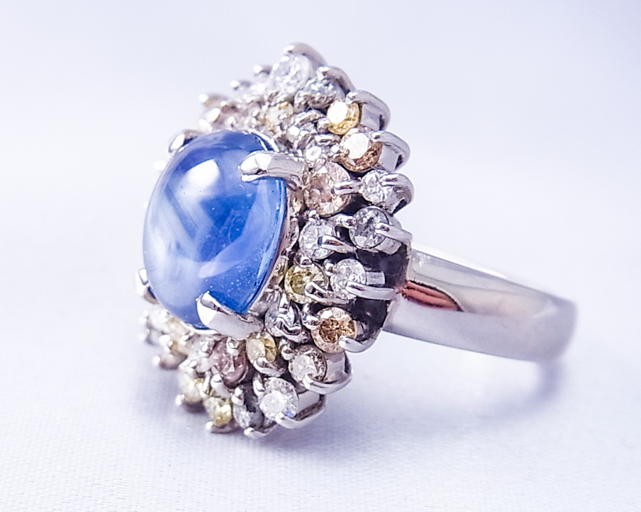 たくさんのカラーダイヤに囲まれたサファイアの指輪