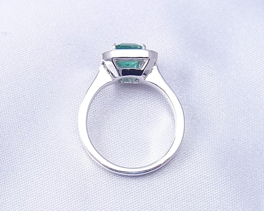 どことなく可愛いダイヤモンドとエメラルドの指輪