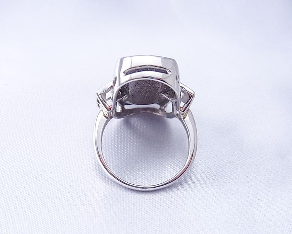 七色に煌めく大きなボルダーオパールの指輪