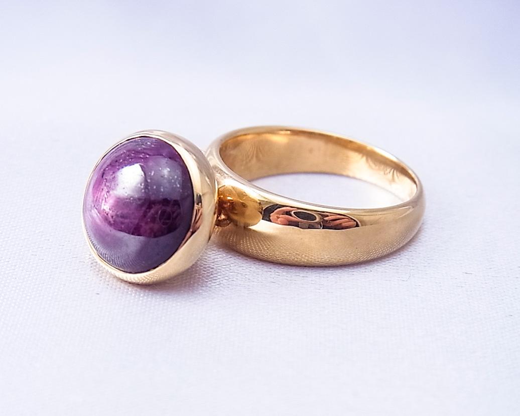 動きがかわいい、小豆色のサファイアの指輪
