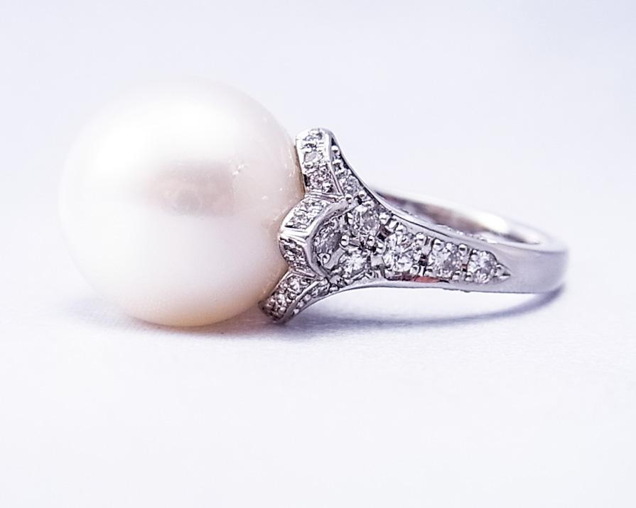 ダイヤが包み込む真珠の指輪