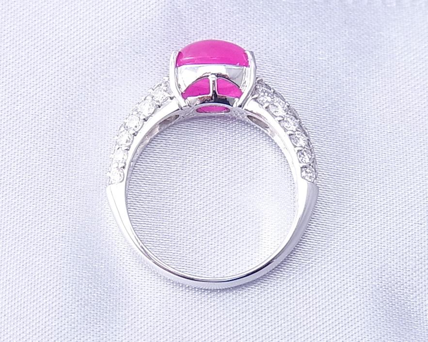 横からみてもダイヤがキラキラしているルビーの指輪