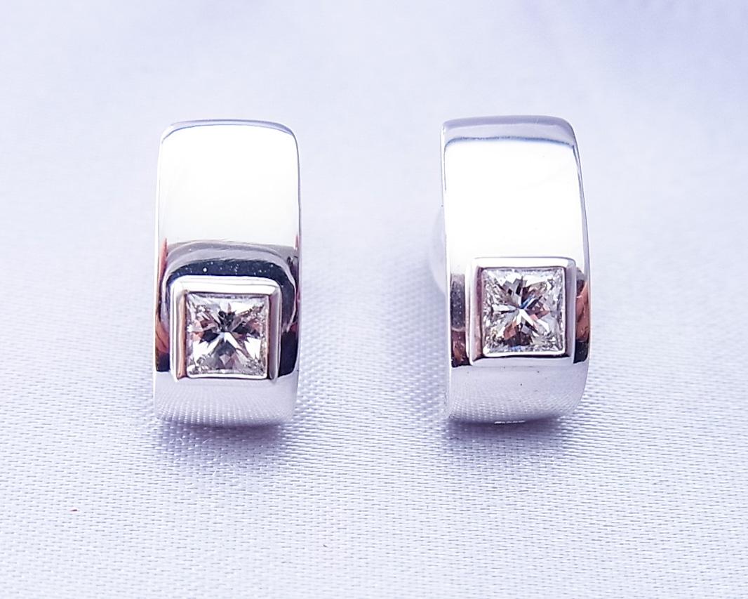 耳たぶに沿うダイヤモンドのピアス