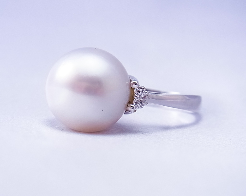 白い真珠の横に小さいダイヤがついた指輪