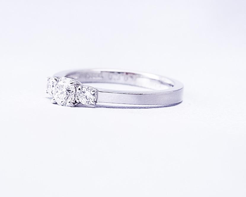 3つのダイヤモンドが並んだシンプルな指輪