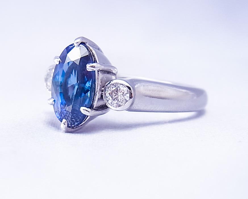 ブルーサファイアとダイヤモンドのしっかりした指輪