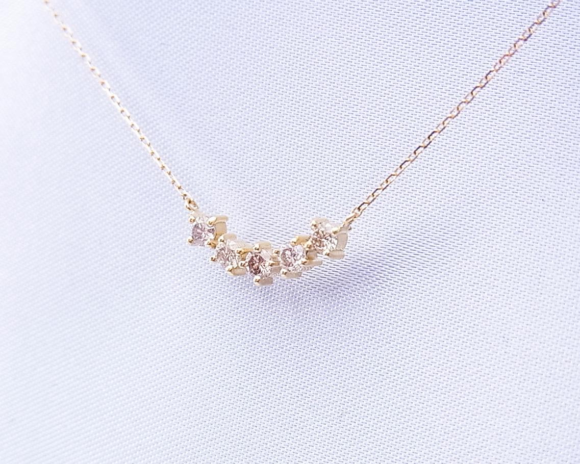 5つのダイヤモンドが並んだペンダントネックレス