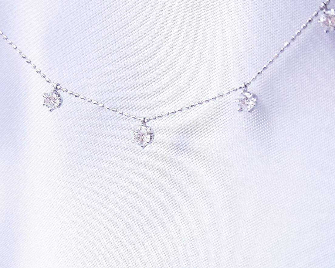 ダイヤモンド7つが飛び飛びで並ぶネックレス
