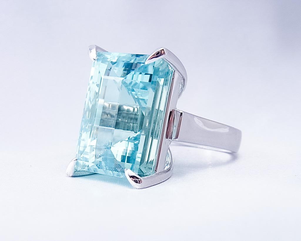 存在感のあるアクアマリンの指輪