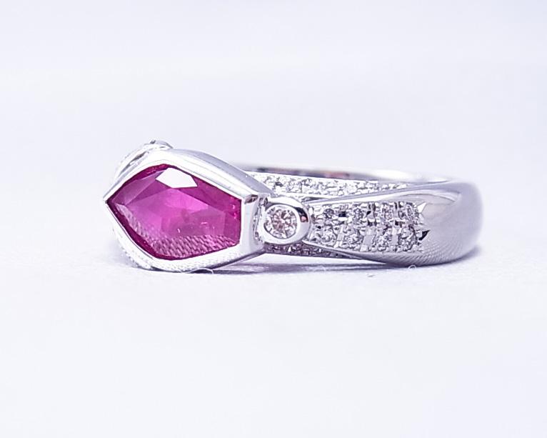 5角形ルビーとダイヤモンドの立体的に楽しめる指輪