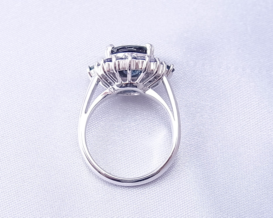 グリーンサファイアをグリーンサファイアで取り囲んだ指輪
