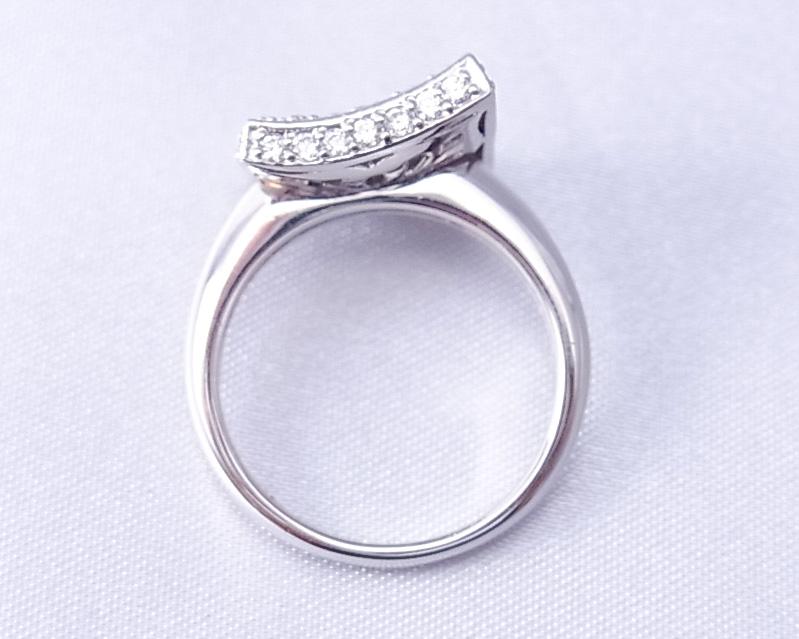 たくさんのダイヤモンドを使った指輪