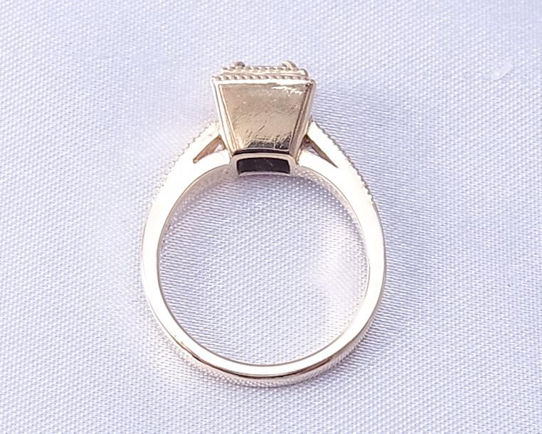 アンテーク風デザインのプリンセスカットダイヤモンドの指輪