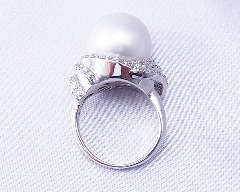 南洋真珠にたくさんのダイヤモンドをあしらった指輪