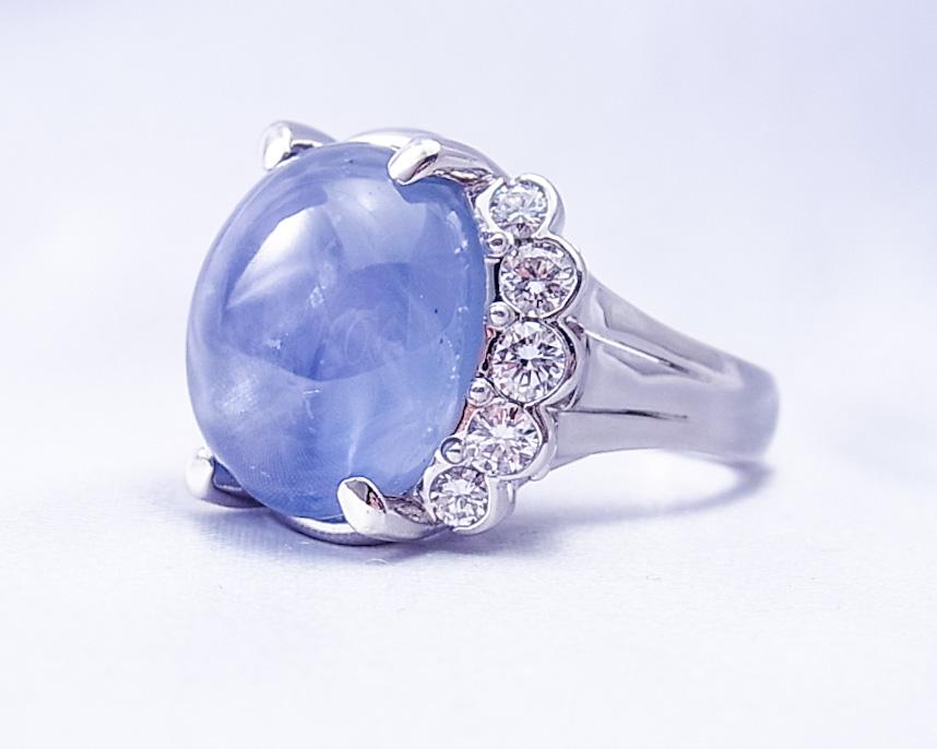 ぽってりとした宇宙を閉じ込めたようなブルーサファイアの指輪