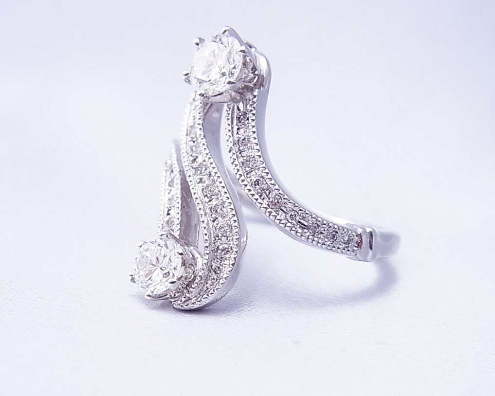S字を描いたデザインのダイヤモンドの指輪