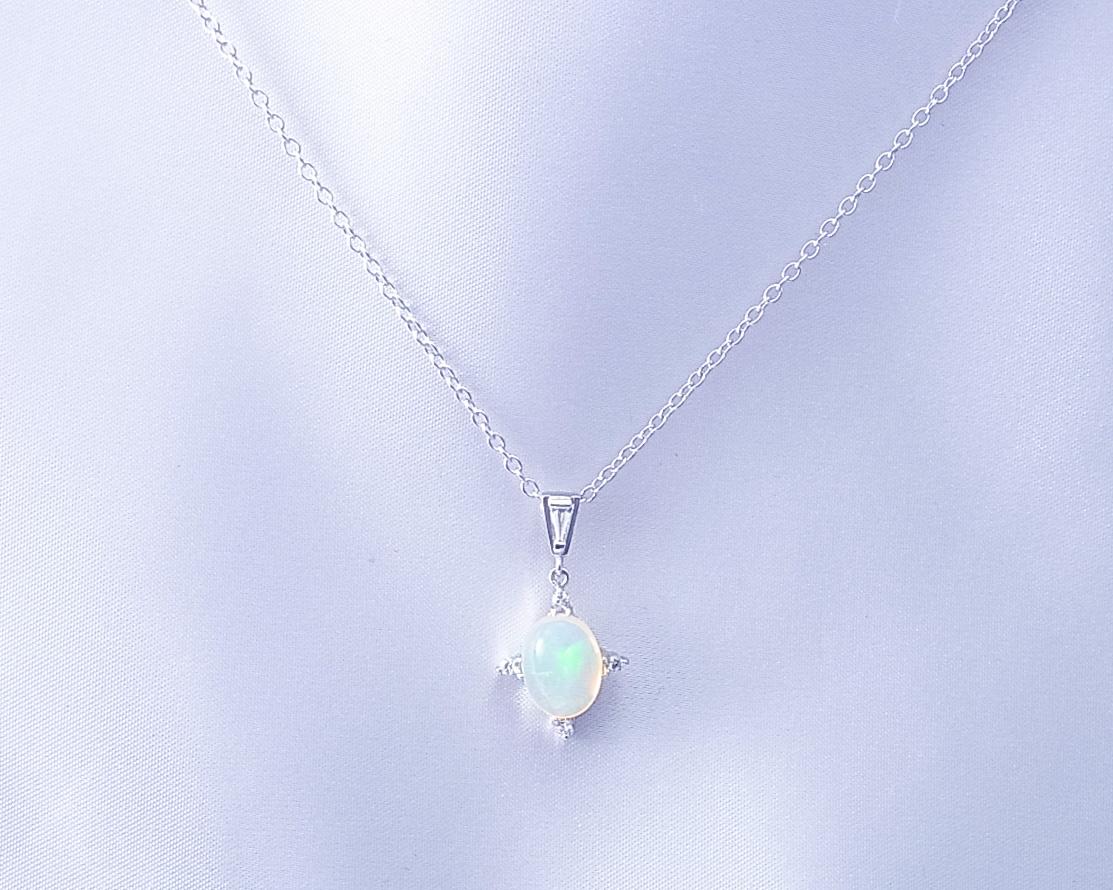 ウォーターオパールとダイヤモンドのペンダント