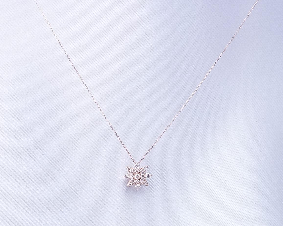 花を思わせるダイヤモンドペンダントネックレス
