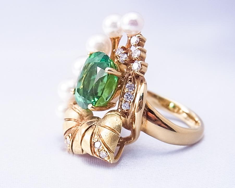 アップルグリーンのトルマリンと真珠を使った植物モチーフの指輪
