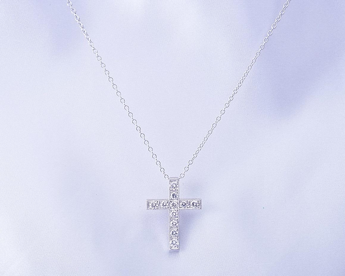 ダイヤモンドの十字架ペンダント