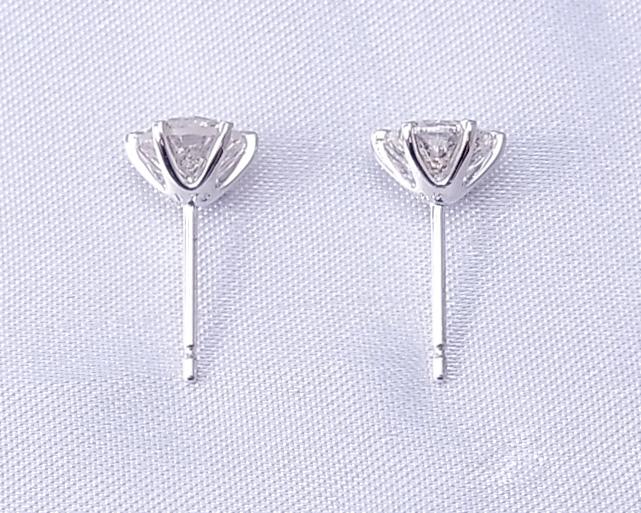 左右1ctずつのダイヤモンドピアス