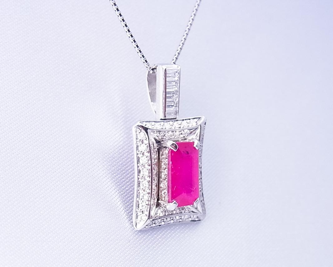 四角いルビーとダイヤモンドを使ったペンダント