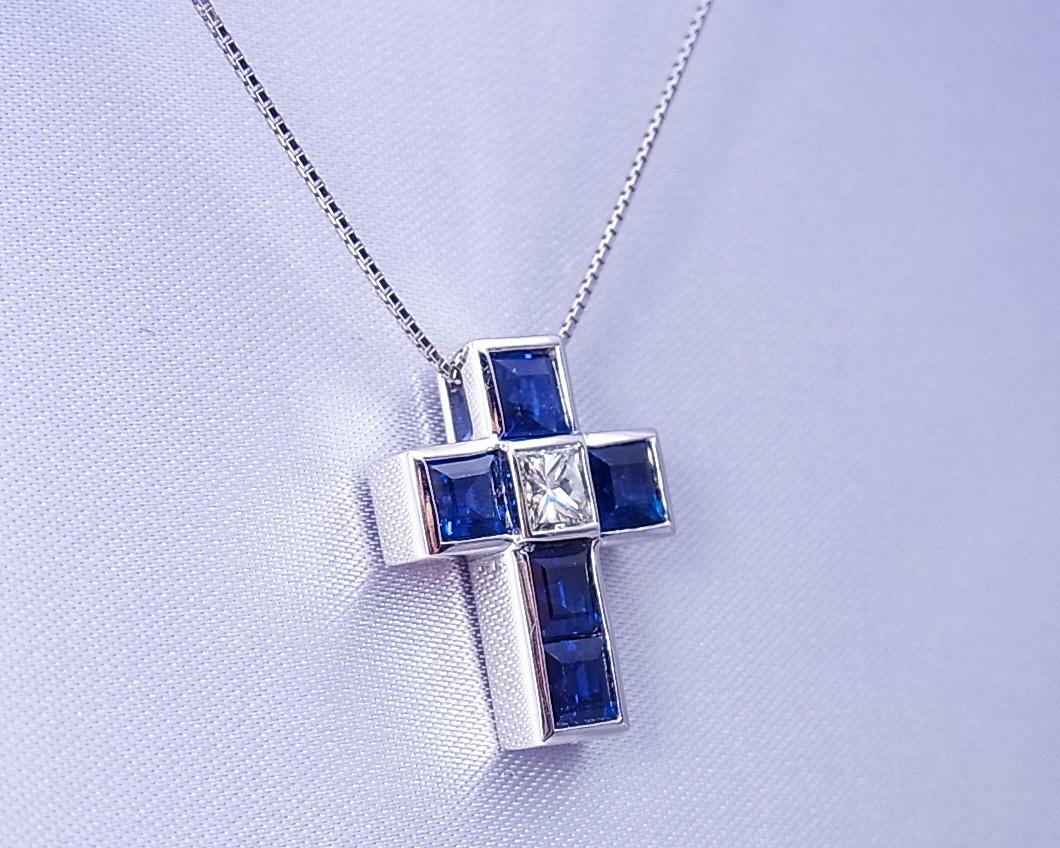 四角いサファイアとダイヤモンドの十字ペンダント