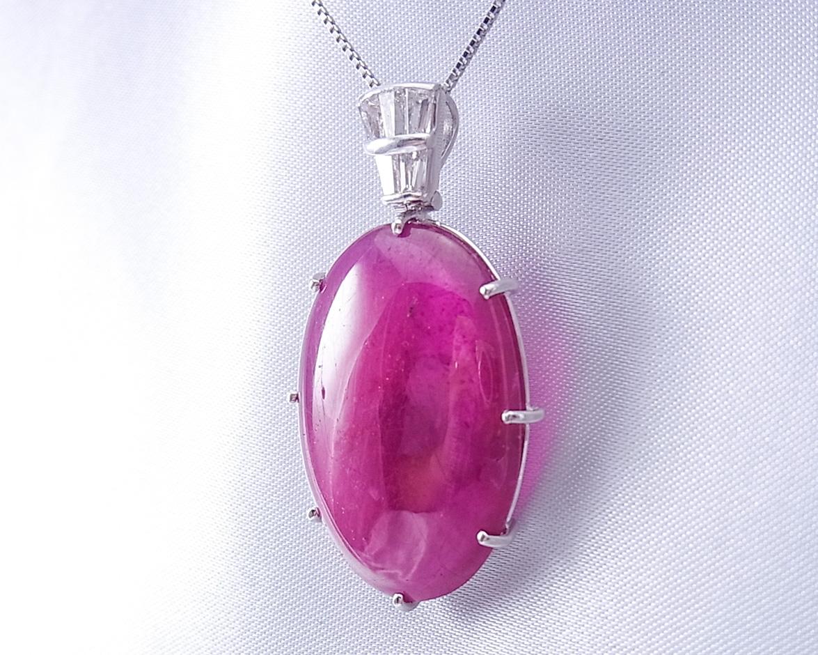 テーパードダイヤモンドのバチカンがクラシックなルビーのペンダント