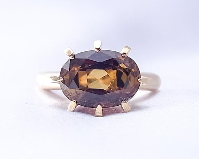 茶色いトルマリンを大きめの爪で留めた指輪